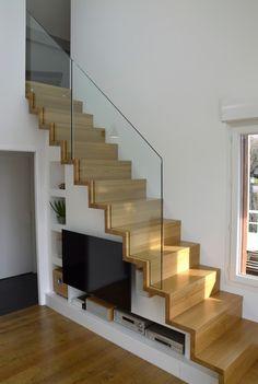 Escalier droit Linéa en chêne avec garde-corps tout verre.