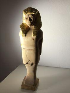 """""""Ushabti"""": Holz Skulptur aus Linde, z.T. vergoldet mit 24 Karat Blattgold. Ein Ushabti war im alten Ägypten (ca. 1.400 BC) eine Grabbeigabe. Weitere Skulpturen aus Holz und Stein des Bildhauers aus Köln, z.T. vergoldet mit 24 Karat Blattgold sind auf meiner website zu sehen."""