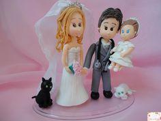 Topo de bolo noivinhos com filha e gatos. <br>Personalizado conforme pedido do cliente.
