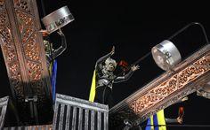 Passista da Unidos da Tijuca 'controla' martelo de Thor durante desfile