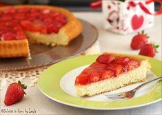 Una torta molto semplice e carina da presentare: la Torta con fragole. L'aspetto è di una crostata, ma la base è uno strato di torta morbida.