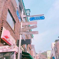 インスタで何かと見かける写真どこにあるか知ってますか?韓国のソウルの恵化(ヘファ)にある梨花洞壁画村なんです。韓国にはフォトスポットがたくさんありますが、なかでも梨花洞壁画村の写真は、天使の羽の壁画や、鯉や花の階段アートなど、みんなに自慢したくなっちゃう様な写真がたくさん撮れるスポットなのです♡人気観光スポット、韓国の梨花洞壁画村に写真撮りに行きましょ♡