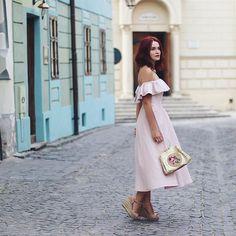 Căsuțe colorate și străzi pietruite la tot pasul. Nu foarte prietenoase cu sandalele mele dar hei, e frumos.