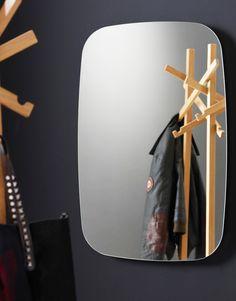 ElespejonordicoCOLLAGEdeKARL ANDERSON & SÖNER fue diseñado porDavid Regestam & Junichi Tokuda. Es un hermoso diseño, con una presencia y carácter que se refleja en su practicidad, utilidad. Está diseñado para adaptarse en cualquier tipo de decoración. Su sujeción es muy segura ya que tiene una base de metal, que nos da la sensación de dejar