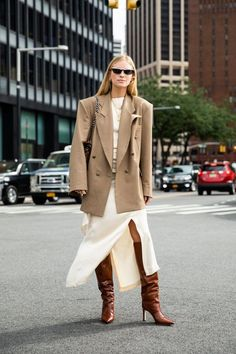 Street Style Outfit: Oversized Tan Blazer, White Midi Skirt, and Brown Croc Knee-High Boots Look Street Style, Nyfw Street Style, White Midi Skirt, Tan Blazer, Sweaters And Jeans, Fashion Outfits, Womens Fashion, Boot Outfits, Fashion Trends