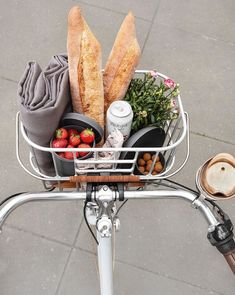 During summer, spontaneous outings are the best. Grab your bike and head for the great outdoors with simple foods made for sharing. Summer Aesthetic, Aesthetic Food, House Doctor, C'est Bon, Dream Life, Cravings, The Best, Healthy Lifestyle, Food Porn