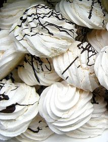 Meringues , what a treat! and what a great satisfaction is to find out I can prepare them with my Thermomix at home in a very cheap way! Meringues are… Wrap Recipes, Other Recipes, Sweet Recipes, Baking Recipes, Vegan Recipes, Un Diner Presque Parfait, Macarons, Pavlova Cake, Spagetti Recipe