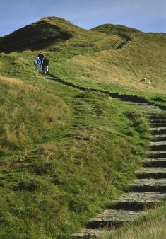 The stepped path leading to the summit of Mam Tor in the Peak District with some people climbing towards the top Places To Visit Uk, Places To Travel, Ireland Landscape, Green Landscape, Wonderful Places, Beautiful Places, Natures Path, British Travel, Peak District