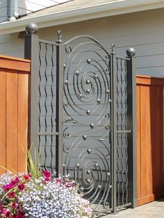 Center made with Indital Gonzato panels, sides with wavy pickets. Steel Gate Design, Fence Design, Door Design, Wrought Iron Decor, Wrought Iron Gates, House Main Gates Design, Contemporary Front Doors, Metal Gates, Door Paint Colors