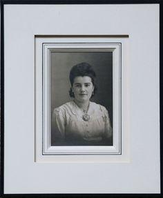 Atelier l'Ecoinçon :  Photo ancienne avec carte ornée de filets à l'encre sur biseau anglais + carte sur hausse