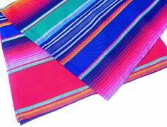 Chemin de table mexicain coloré est parfait pour un look de style mexicain ou du sud-ouest ! Ce chemin de table est confectionné dans une étoffe