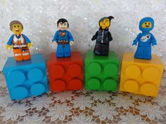 Cubos Tijolinhos Lego Movie Cubos em madeira (mdf), pintados, envernizados e decorados personagens modelados em biscuit.