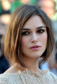 Keira Knightley partners her flawless make up with a messy bob cut. The result? An elegant and natural look.