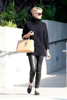 Los pantalones de piel son el must del celebrity street style. ¿Cuál es tu look favorito? CHARLIZE THERON
