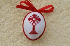 Hier biete ich Ihnen ein sehr schönes handbesticktes Osterei zum Aufhängen an. Das Ei ist beidseitig mit dem gleichen Motiv bestickt und mit Schleife und Schlingenborte verziert. Damit kann man... Christmas Cross, Winter Christmas, Xmas, Christmas Ornaments, Crochet Placemats, Cross Stitch Heart, Hanukkah, Free Pattern, Quilling