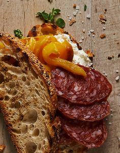 Una pausa pranzo ricordando i gusti del territorio milanese!  #pane di #cereali con lievito madre, #salame di suino Lodigiano, #caprino, #peperoni a julienne grigliati #SanoAppetito #ricetteitaliane #italian #sandwich #ricette