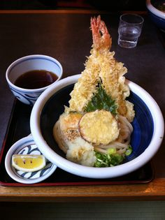 On top of the noodles (Sanuki Udon) chilled, two shrimp heaven giant tempura. 讃岐うどん「冷天おろし」