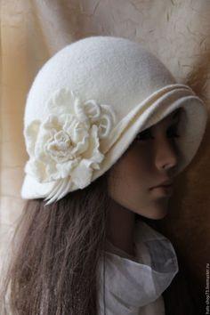 Купить или заказать Валяная шляпка Белая Роза в интернет-магазине на Ярмарке Мастеров. Шляпка выполнена на заказ для замечательной Леди в технике мокрого валяния из 100% мериносовой шерсти 18 мкн Шляпка тонкая и пластичная ,но при этом хорошо держит форму,брошь съемная,так как шляпку можно носить по разные стороны. Шляпка больше размера манекена.