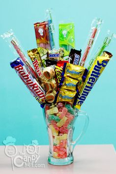 Mixed Chocolate Sour Candy Mug Candy Crafts, Food Crafts, Craft Gifts, Diy Gifts, Candy Boquets, Sweet Puns, Candy Arrangements, Alice Tea Party, Party Tables