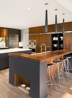 L-shaped kitchenshave a sensible and desirable structure, and thesekitchen ideaspresent tips on how to make yourL-shape kitchenwork at its best and look its best. #lshapedkitchencabinets