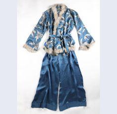 Huispyjama van zijden satijn bedrukt met 'bladvormig' en 'mozaiek'-fantasiemotief in in wit grijs en blauw, afgezet met zwanendons, bestaande uit jasje en lange broek Schweiz 1926-1927 zijde dons (zwanen-) Gemeentemuseum Den Haag: 0551319