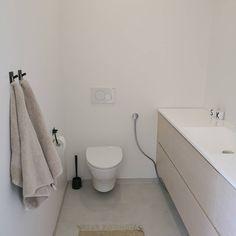 Vaaleasävyinen wc tuo harmonian ja tilan tunnetta kapeampaankin tilaan.