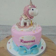 einhorn kuchen   eine pinke einhorn torte mit einem weißen einhorn mit einer pinken mähne