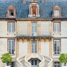 Первый 🇷🇺 блог Француженки sur Instagram: Я очень люблю шале и об этом вам рассказываю сегодня в сториз. А я тоже люблю замки. 🥰🙈 Это невероятно как сам дом и интерьер влияют на нас… French Lifestyle, Mansions, Luxury, House Styles, Design, Home Decor, Decoration Home, Room Decor, Fancy Houses