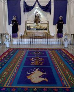 #ViernesDeCuaresma en la Rectoría de Santa Catarina. #UnaCuaresmaDiferente #cucuruchoenguatemala #señorsepultado #hermanoPedro #alfombra #cuaresma #semanasanta #guatemala #altar