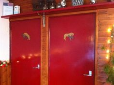 """""""de (mensen)toiletten bij manege Terpstra op Terschelling: De plaatjes op de deuren maken me geërgerd en verward over welke deur ik als vrouw moét kiezen: die met de neukende paarden, of die, tja, andere? Allebei de wc's onderplassen zou een oplossing kunnen zijn, maar zo ben ik niet opgevoed."""""""