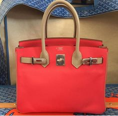 It looks like the bi-color trend is picking up the phase in the world of fashion. Taking its cue and knowing when to strike while the iron is hot, Hermes takes the lead by introducing to the bag co…
