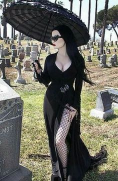 Top Gothic Fashion Tips To Keep You In Style. As trends change, and you age, be willing to alter your style so that you can always look your best. Consistently using good gothic fashion sense can help Dark Beauty, Goth Beauty, Dark Fashion, Gothic Fashion, Fashion Top, Emo Fashion, Steampunk Fashion, Fashion Clothes, Street Fashion