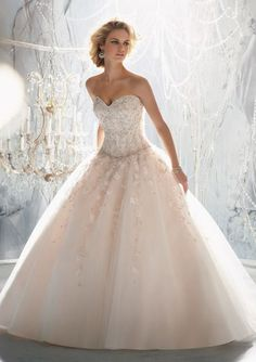 Ow shit this is the most beautiful dress ever. Wedding dress with roses. And her hair!!!! :D