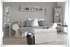 Graue Wand und weiße Möbel