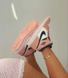 Dr Shoes, Cute Nike Shoes, Cute Sneakers, Nike Air Shoes, Hype Shoes, Me Too Shoes, Shoes Sneakers, Nike Socks, Jordan Sneakers