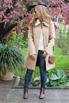 Casual Look. Look con abrigo camel. Look con maxi foulard. Look con botines marrones. A trendy life. #casual #camelcoat #michaelkorsbag #floweredfoulard #brownboots #laredoute #doubleview #vogueeyewear #sunglasses #michaelkors #mango #outfit #fashionblogger #atrendylife www.atrendylifestyle.com