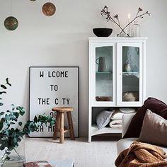 Höstfärger och murr är bäst just nu frågar ni mig 🍂✨🍁 /// Love the colors of autumn. #vardagsrum #livingroom #stue #wohnzimmer #cabinet #baseco #basecogolv #familylivingfint #hmhome #granitway #rum21 #vakrehjemoginterior #elledecorationse #plazainteriör