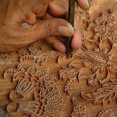 Anokhi in India. Preparando un bloque de impresion de tela en la India.