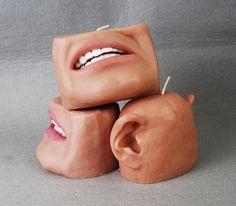 Dit is toch luguber? menselijke lichaamsdelen als kaars... dat wil je toch niet in je woonkamer? Ik zou wel willen weten hoe degene die dit heeft bedacht aan dit idee is gekomen..