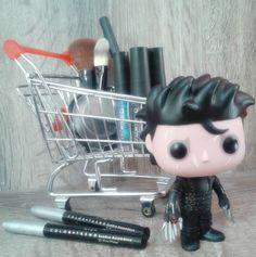 """""""Ding-Dong the Avon lady!!!"""" E hoje ele está acompanhando a Peg Boggs, revendedora Avon, em sua incansável venda de cosméticos... Rs!!! Muito amô ♡"""
