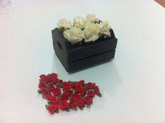 Mini caixote com 6 flores em EVA, para decoração de ambientes, presentear amigos ou convidados de uma festa, casamento ou evento corporativo. Pedido mínimo de 5 arranjos. Verifique a possibilidade de entrega grátis em São Paulo. Medidas: 10cm x 8cm x 9cm. R$ 20,00
