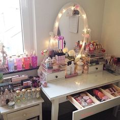Love how this dressing table is organized Vanity Makeup Rooms, Vanity Room, Vanity Decor, Makeup Vanities, Makeup Beauty Room, Rangement Makeup, Make Up Storage, Glam Room, Natural Home Decor