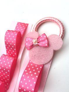 Porta tiara confeccionada em fita de cetim  Tamanho: aproximadamente 60 cm de comprimento, para colocar 12 tiaras  Cor : rosa