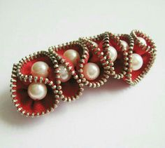 How to make Zipper Brooches: Excellent tutorial at /zipper-jewelry/red pearl zipper brooch. How to make Zipper Brooches: Excellent tutorial at /zipper-jewelry/ Zipper Jewelry, Fabric Jewelry, Beaded Jewelry, Handmade Jewelry, Zipper Flowers, Felt Flowers, Fabric Flowers, Ribbon Flower, Ribbon Hair