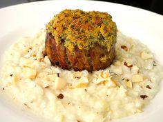 Risoto crocante de queijo de cabra com castanhas e filet com crosta de ervas e parmesão