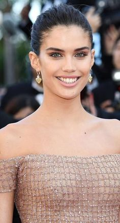 Image of Sara Sampaio in an Off Shoulder Glittery Dusky Pink Peach Gown at Cannes Red Carpet 2018 Celebrity Gowns, Celebrity Style, Nude Gown, Peach Gown, Gorgeous Women, Gorgeous Lady, Beautiful, Armani Beauty, Woman Movie