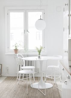 It is easier than you think to take your kitchen from builder grade to gorgeous on a budget! These kitchen makeover secrets will save you money and give you great ideas! Black And White Furniture, House Ideas, Beautiful Dining Rooms, Minimalist Decor, Dining Room Design, White Walls, Home Decor Inspiration, Decoration, Sweet Home