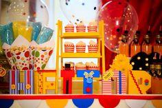 Mais uma vez, trago aqui uma linda festa com o tema circo, que eu adoro! Dessa vez, o tema serviu para celebrar o primeiro aninho do Heitor. A decoração, cheia de cor,foi feita por Silvia Roveri Eventos que, mais uma vez, encantou pela riqueza dos detalhes.  Eu, particularmente, amei o nome do an