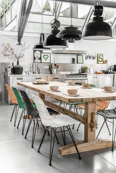 Industriële keuken met retro rotan stoelen