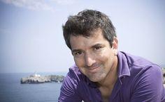 Santiago Roncagliolo nació en Miraflores, Lima el 20 de marzo de 1975. Escritor, dramaturgo, traductor y periodista, ha vivido en México, Perú y España.